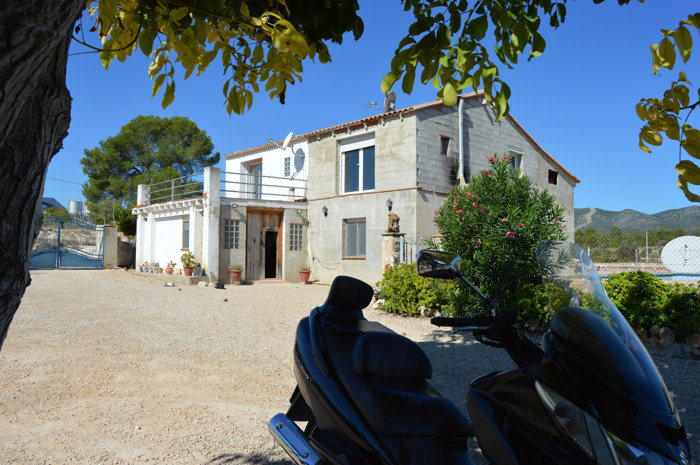 Villa 31900 sqm plot with own business, located at L'Olleria