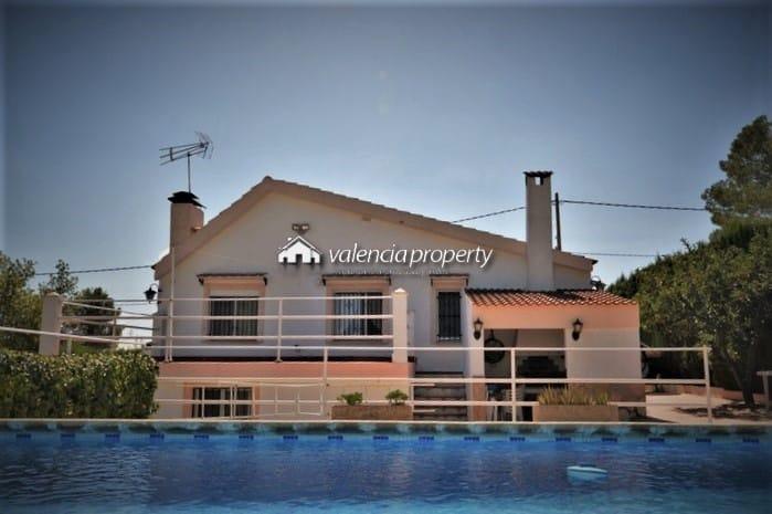 Super villa avec trois chambres à coucher, avec piscine et terrain urbain.