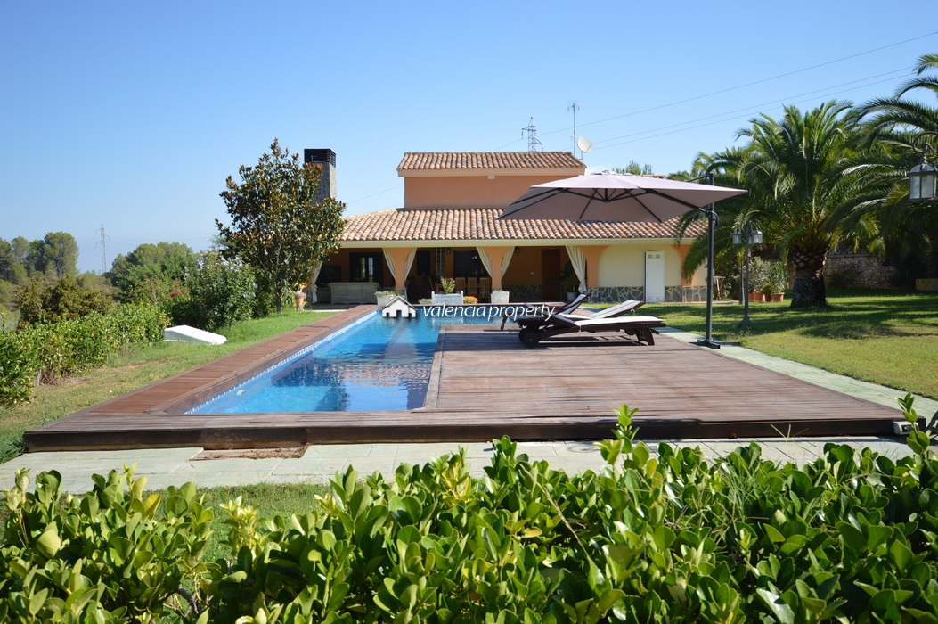 Unique setting and complete privacy. 5 bedrooms Villa, with pool and garage, near Xativa.