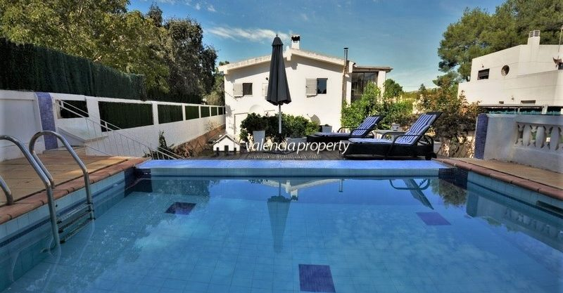 Charming and modernized Villa + self contained apartment of one bedroom, pool, and only 20′ drive from the beach.