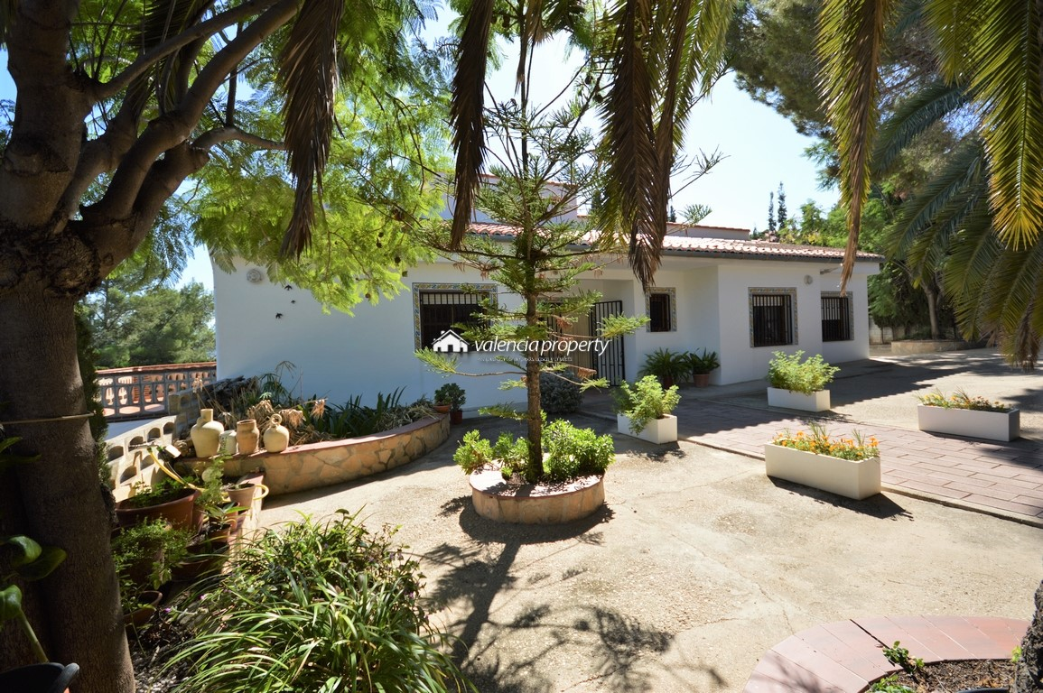 Detached Villa, with beautiful views towards the dawn and to the fields of orange groves
